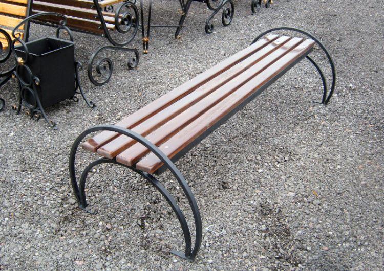 Скамейка с каркасом из гнутой профильной трубы