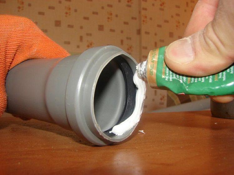 Обработка врезаемой части трубы герметиком для предупреждения протечек