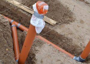 На какую глубину нужно закапывать канализационную трубу