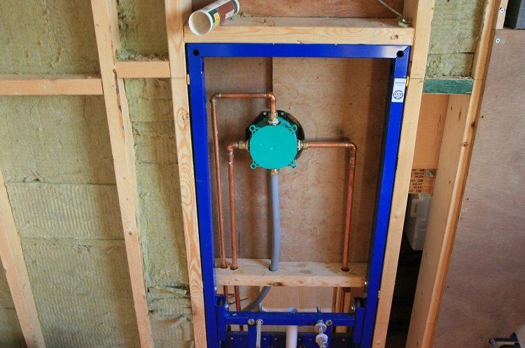 Как спрятать канализационные трубы в ванной